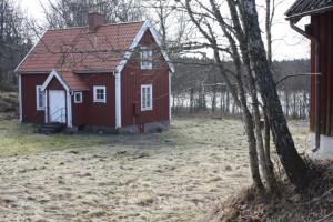 I den lilla stugan kan upp till sex personer bo i ett självhushåll.